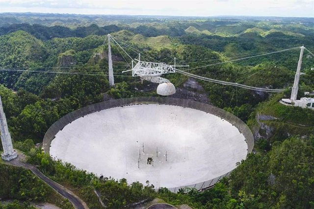 Las operaciones en el Observatorio de Arecibo administrado por UCF (que se muestra aquí en la primavera de 2019) se detienen mientras los ingenieros evalúan el nuevo daño.