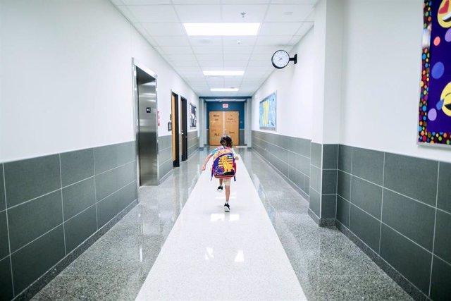 Un alumno en el pasillo de un centro escolar.
