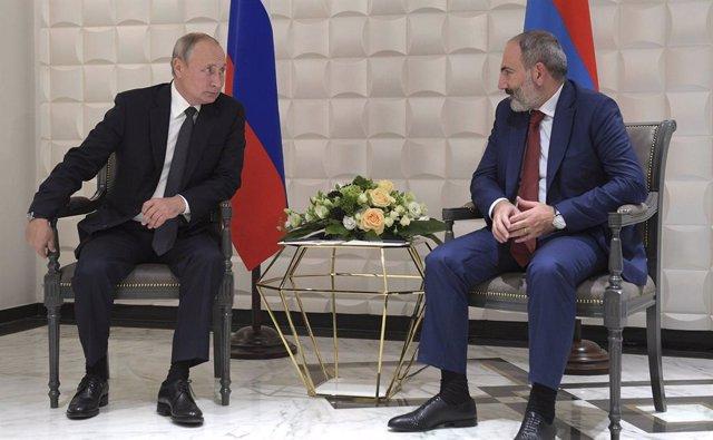 El presidente de Rusia, Vladimir Putin, y primer ministro de Armenia, Nikol Pashinian.