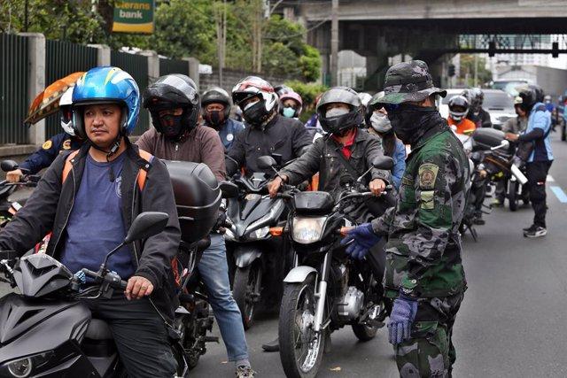 Un militar filipino en un puesto de control en Manila
