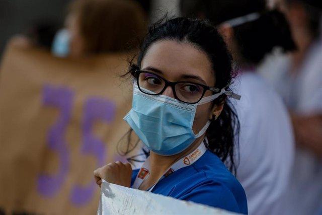 Personal sanitario del Hospital Clínico San Carlos de la Comunidad de Madrid sostiene carteles en la primera protesta de la desescalada con concentraciones en hospitales y centros de salud. Los sanitarios se han manifestado en esta ocasión no para recibir