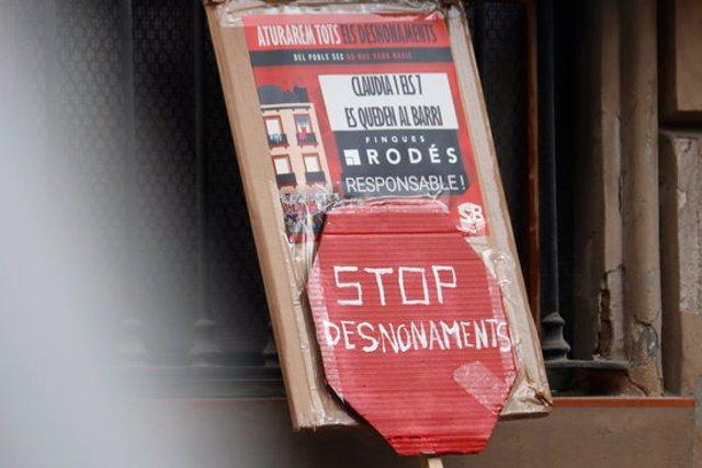 Un cartell reivindica que s'aturin els desnonaments durant una concentració el dijous 5/11/2020 (horitzontal)