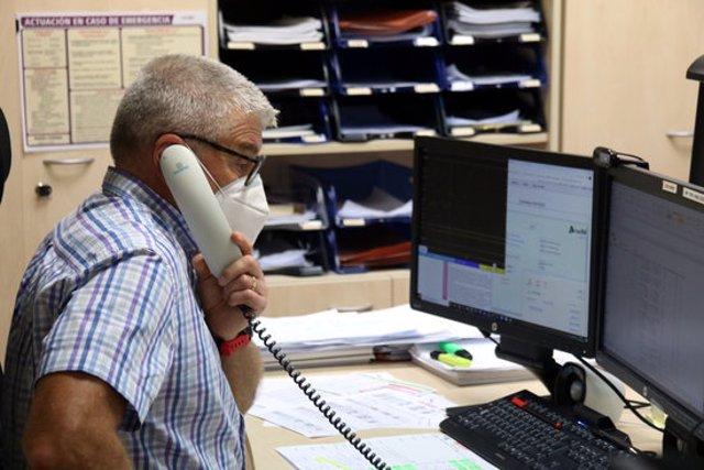 El cap d'àrea dels centres de gestió de Rodalies, Luciano Troya, parla per telèfon des del Centre de Gestió de Rodalies a l'Estació e França, el 3 de novembre del 2020. (Horitzontal)