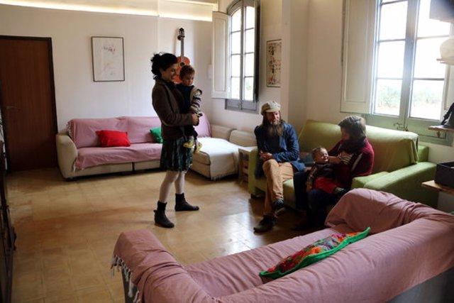 Pla general de Queralt Jorba, Daniel Hayes i Natalia Jojart, amb els nens, a l'interior d'un dels habitatges de Cal Vidal, a Puig-reig. Imatge publicada el 10 de novembre del 2020. (Horitzontal)