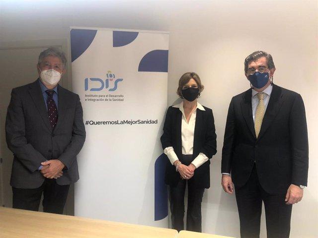 De izquierda a derecha: Ángel de Benito, secretario general de la Fundación IDIS; Marta Villanueva, directora general de la Fundación IDIS y Juan Abarca, presidente de la Fundación IDIS.