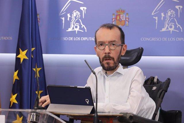 El portavoz de Unidas Podemos (UP) en el Congreso de los Diputados, Pablo Echenique, interviene en la rueda de prensa posterior a la reunión de la Junta de Portavoces en el Congreso de los Diputados, en Madrid (España), a 27 de octubre de 2020.