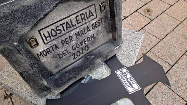 Pla detall d'una làpida simulant el sector tocat de mort. Imatge publicada el 9 de novembre del 2020. (Horitzontal)