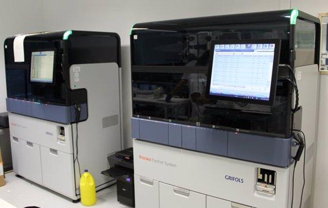 Pla detall del laboratori de l'Hospital Joan XXIII de Tarragona on s'analitzen les proves PCR de covid-19 i que incorpora nova maquinària. Imatge publicada el 9 de novembre del 2020. (Horitzontal)