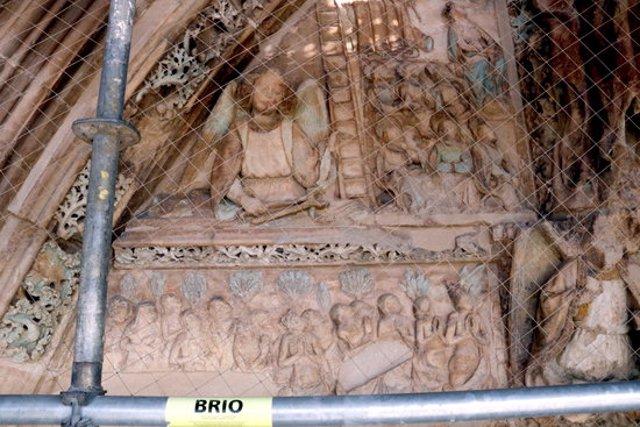 Pla tancat d'algunes de les policromies descobertes a la Porta dels Apòstols de la Seu Vella de Lleida durant les obres de restauració. Imatge del 9 de novembre de 2020. (Horitzontal)