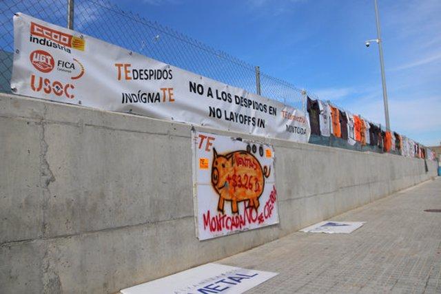 Pla general de les pancartes que els empleats de TE Connectivity han penjat a la tanca de la planta de Montcada i Reixac, el 9 de novembre de 2020. (Horitzontal)
