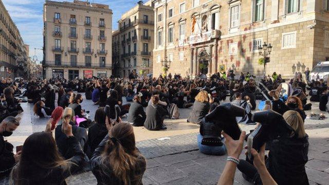 Escoles de dansa s'han manifestat a la Plaça Sant Jaume contra el seu tancament, el 9 de novembre del 2020 (horitzontal)