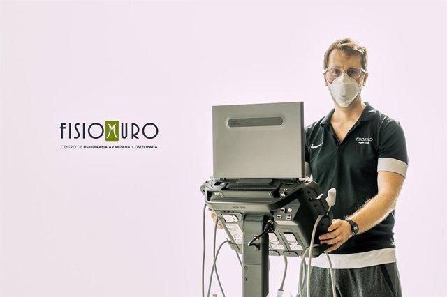 Miguel Angel Muro con el ecógrafo Sonosite PX
