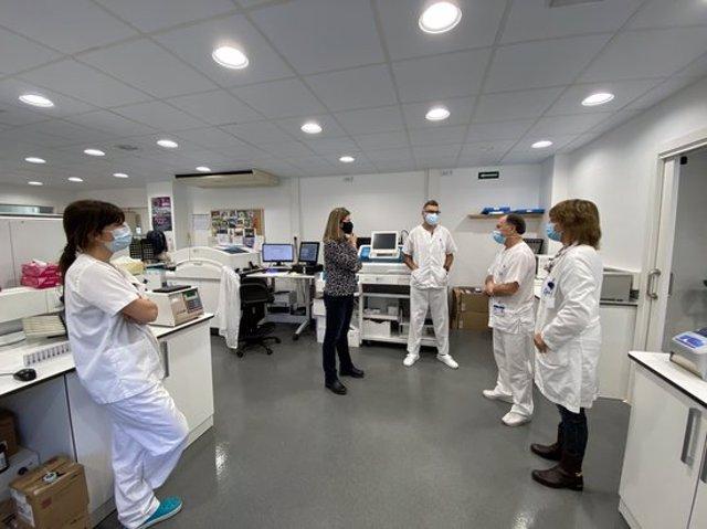 Pla general de la visita de la síndica d'Aran, Maria Vergés, als laboratoris de l'Espitau Val d'Aran el 9 de novembre del 2020. (horitzontal)