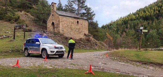 Pla obert d'un control dels Mossos d'Esquadra per impedir l'accés motoritzat al Parc Natural de l'Alt Pirineu, el 9 de novembre del 2020. (Horitzontal)