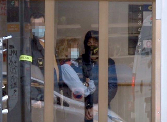 Captura de vídeo del detingut acusat d'estafa, amb els Mossos d'Esquadra, a l'interior de Credilleida, on han fet un registre. Imatge del 9 de novembre de 2020. (Horitzontal)