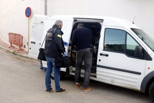 Els Mossos enduent-se proves del domicili de Lloret de Mar on ha tingut lloc el crim aquest 9 de novembre del 2020 (Horitzontal)