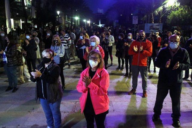 Més de 200 persones han fet un minut de silenci a Lloret de Mar per condemnar el crim aquest 9 de novembre del 2020 (Horitzontal)