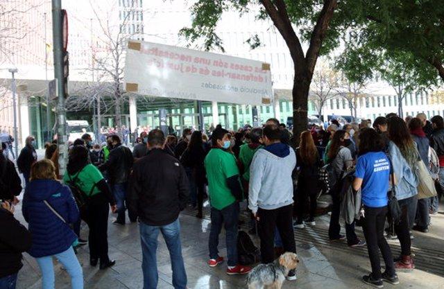 Pla general de les desenes de persones que han donat suport a la PAH davant la Ciutat de la Justícia pel judici per l'ocupació d'una oficina bancària, el 9-11-20 (horitzontal).