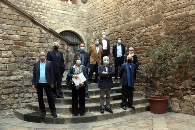 Foto de família del Premi Bones Lletres d'assaig humanístic, amb representants d'Edicions 62 i de la Reial Acadèmia de les Bones Lletres, el 10 de novembre del 2020 (horitzontal)