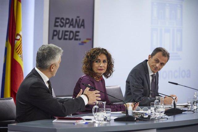 (I-D) El ministro del Interior, Fernando Grande-Marlaska; la ministra portavoz y de Hacienda, María Jesús Montero; y el ministro de Ciencia e Innovación, Pedro Duque, durante una rueda de prensa para informar de los acuerdos adoptados en el Consejo de Min