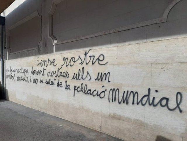 Pla general d'una de les parets amb una pintada negacionista al Mercat Central de Sabadell, el 9 de novembre de 2020. (Horitzontal)