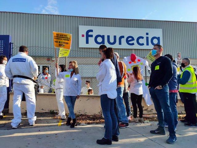 Imatge de treballadors concentrats davant la planta de Faurecia a Abrera el 10 de novembre de 2020. (Horitzontal)