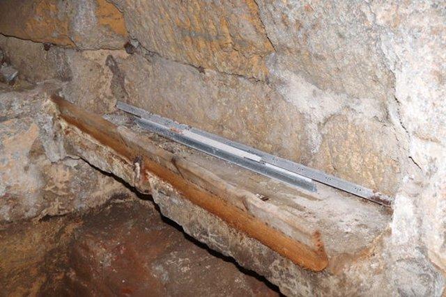 Pla mitjà de l'abeurador del segle XVIII que s'ha trobat al mur septentrional del Fòrum Provincial. Foto del 10 de novembre del 2020 (Horitzontal).