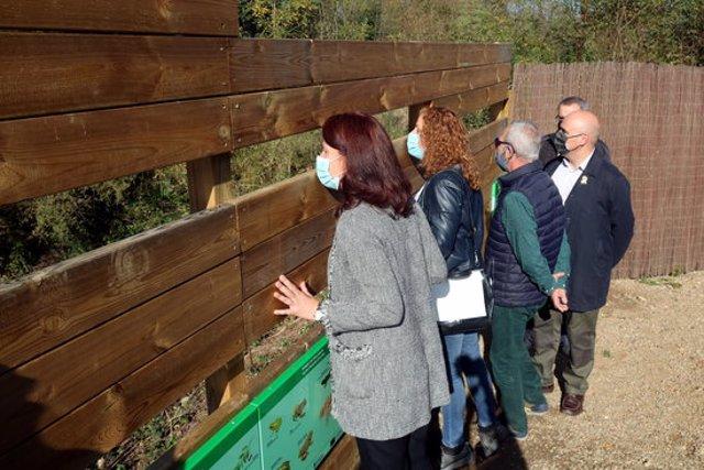 L'alcaldessa de Girona, el propietari de la finca i la presidenta del Consorci del Ter mirant la bassa des de l'aguait aquest 10 de novembre del 2020 (Horitzontal)