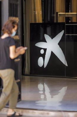 Logo de Caixabank en el edificio de la sede de Caixabank, en Valencia.