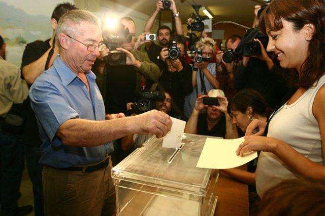 Un home vota a la consulta popular sobre la independència d'Arenys de Munt, el 2009 (horitzontal)