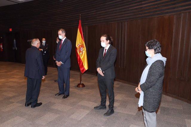 El Rey Felipe VI junto a representantes de la colectividad española durante su visita a Bolivia para asistir a la toma de posesión de su nuevo presidente, Luis Arce, en La Paz (Bolivia), a 8 de noviembre de 2020. Para esta visita, Felipe VI ha estado acom