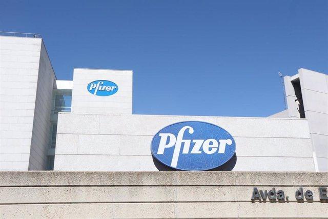 Logo de Pfizer en el edificio de los laboratorios de la marca en Madrid (España), a 2020.