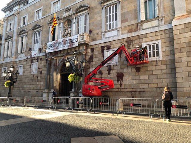 Pla general dels treballs de neteja de les pintades al Palau de la Generalitat. Imatges del 10 de novembre del 2020. (Horitzontal)