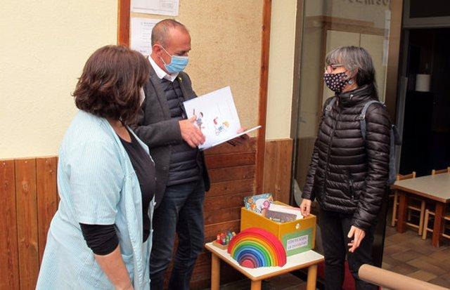 L'alcalde de Lleida, Miquel Pueyo, i la regidoria d'Educació, Cooperació, Drets Civils i Feminismes, Sandra Castro, durant la visita a l'Escola Bressol Gargot, al barri Universitat. Imatge del 10 de novembre de 2020. (Horitzontal)