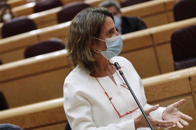 La vicepresidenta cuarta del Gobierno y ministra para la Transición Ecológica y el Reto Demográfico, Teresa Ribera, interviene durante una sesión de control al Gobierno en la Cámara Alta, en Madrid (España), a 6 de octubre de 2020. (ARCHIVO)