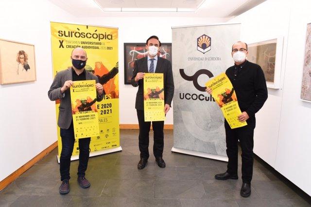 (De izda. A dcha.) Luis Medina, José Carlos Gómez Villamandos y José Álvarez posan con el cartel anunciador de la nueva edición de Suroscopia