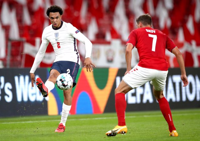 08 September 2020, Denmark, Copenhagen: England's Trent Alexander-Arnold (L) and Denmark's Robert Skov battle for the ball during the UEFA Nations League Group 2, League A soccer match between Denmark and England at Parken Stadium. Photo: Nick Potts/PA Wi
