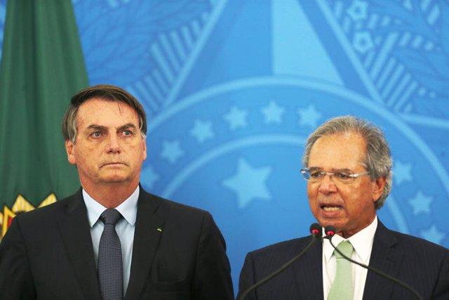El presidente de Brasil, Jair Bolsonaro, junto al ministro de Economía del país, Paulo Guedes