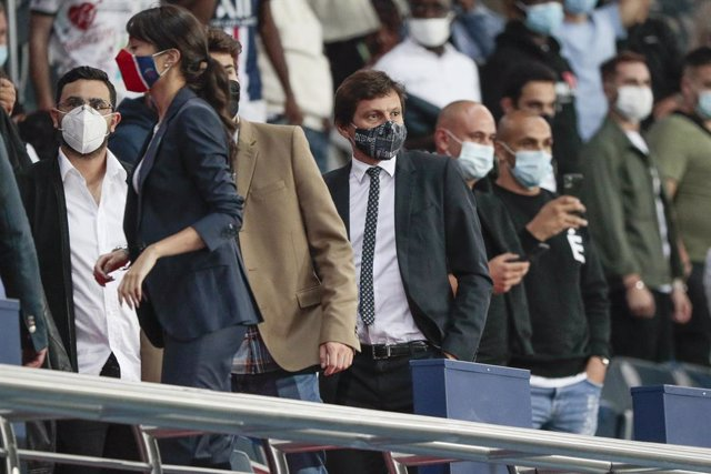 Leonardo - Leonardo Nascimento (PSG) left fastly his stand to see the movie replay of clashes between players during the French championship Ligue 1 football match Uber Eats between Paris Saint-Germain and Olympique de Marseille on September 13, 2020 at P
