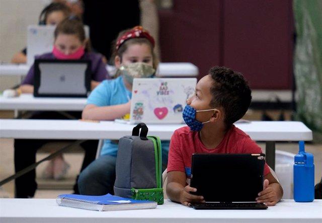 Un grupo de escolares en uno de los centros habilitados en el estado de California para que los más pequeños puedan continuar con las clases.