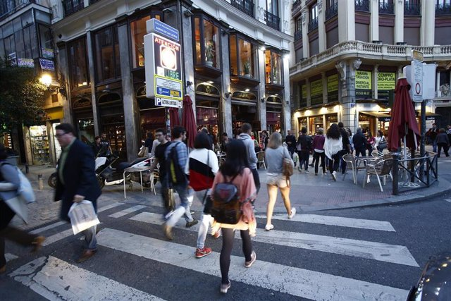 Andando, andar, pasear, paseando en Madrid, calle, cruzando un paso de cebra, ocio
