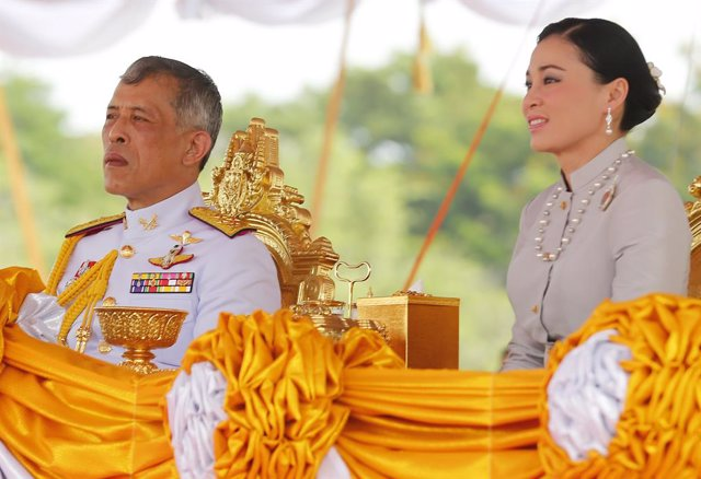 El rey de Tailandia, Maha Vajiralongkorn, y la que es su cuarta esposa, la reina Suthida.
