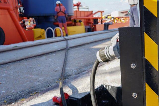 Pla mitjà de la connexió elèctrica d'un vaixell de Salvament Marítim al moll de Lleida del port de Tarragona. Imatge publicada l'11 de novembre del 2020. (Horitzontal)