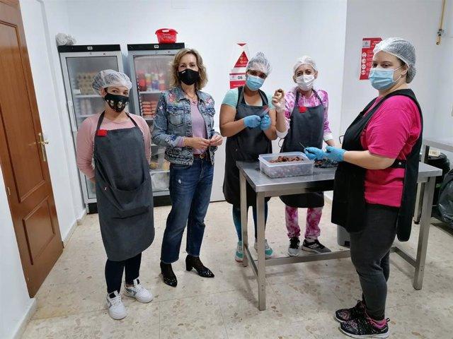 Troncoso (2ª izda.) durante la visita al comedor social de la Fundación Proyecto Don Bosco de Córdoba.