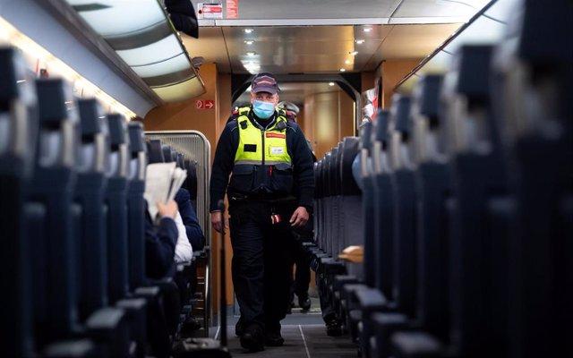 Agentes comprueban el uso de mascarilla en un tren en Múnich
