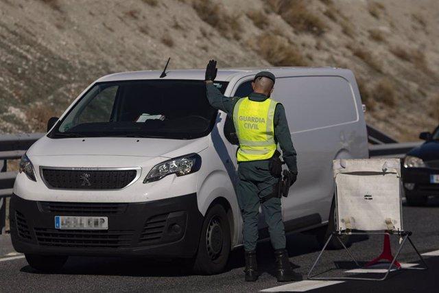 Un agente de la Guardia Civil realiza un control de movilidad