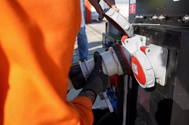 El Port de Tarragona prueba un sistema de conexión eléctrica al barco de salvamento marítimo