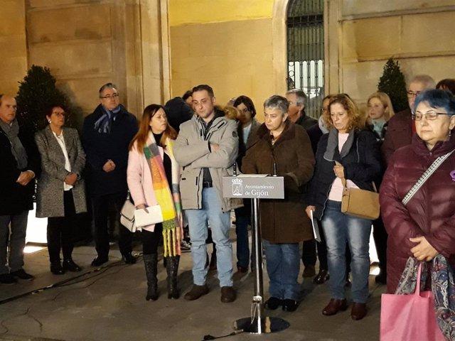 La alcaldesa de Gijón lee un manifiesto durante la concentración en la plaza Mayor por el asesinato de Lorena Dacuña (febrero de 2020)