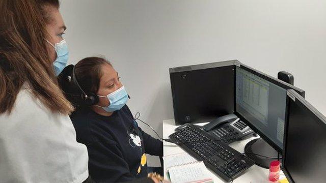 Pla mitjà de dues professionals de la Unitat de Notificació i Seguiment Covid atenent pacients de la regió sanitària Metropolitana Sud. Imatge publicada l'11 de novembre del 2020 (horitzontal)