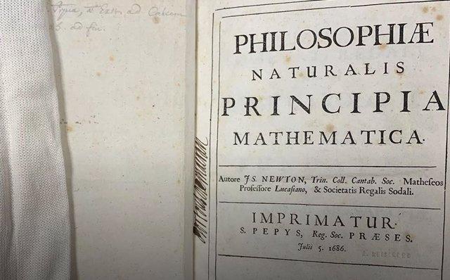 Primera página de un ejemplar de la primera edición de Principia de Newton